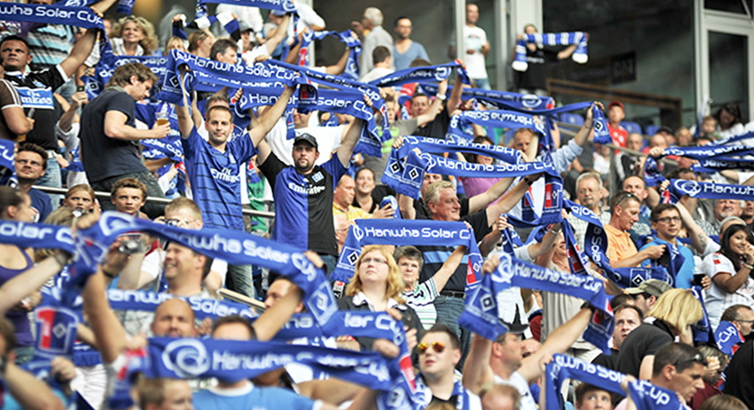 HSV supporters cheer with Hanwha scarves